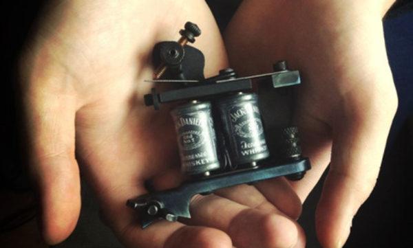 Como fazer para Tatuar sem colocar elástico em sua máquina de tatuagem?