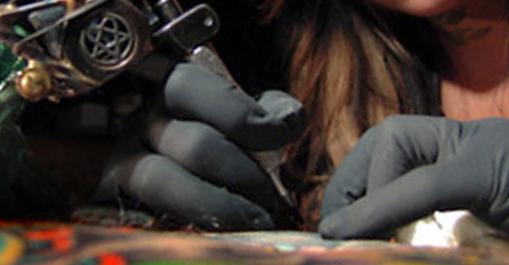O que fazer quando a tinta fica espirrando na pele na hora de tatuar?
